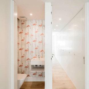 Пример оригинального дизайна: туалет среднего размера в скандинавском стиле с инсталляцией, черной плиткой, плиткой из сланца, разноцветными стенами, паркетным полом среднего тона, настольной раковиной и коричневым полом