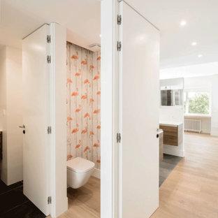 Неиссякаемый источник вдохновения для домашнего уюта: туалет среднего размера в скандинавском стиле с инсталляцией, черной плиткой, плиткой из сланца, разноцветными стенами, паркетным полом среднего тона, настольной раковиной и коричневым полом