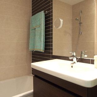 Cette image montre un petit WC et toilettes design avec un placard à porte plane, des portes de placard en bois sombre, un WC à poser, un carrelage beige, des carreaux de céramique, un mur marron, un sol en carrelage de céramique, une grande vasque, un plan de toilette en quartz modifié, un sol beige et un plan de toilette blanc.