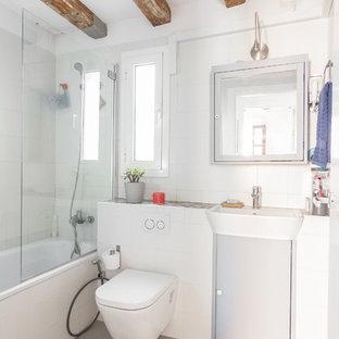 Свежая идея для дизайна: маленький туалет в современном стиле с плоскими фасадами, инсталляцией, белой плиткой, керамической плиткой, белыми стенами, полом из керамогранита, подвесной раковиной и серым полом - отличное фото интерьера