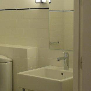 На фото: маленький туалет в стиле ретро с раздельным унитазом, полом из керамической плитки и консольной раковиной с