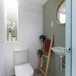 Inspiration pour un WC et toilettes minimaliste avec un mur blanc, sol en terrazzo et un sol gris.