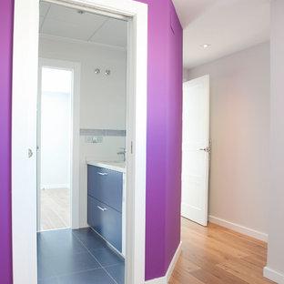 Foto di un bagno di servizio contemporaneo di medie dimensioni con ante lisce, ante blu e lavabo integrato
