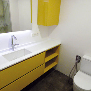 Неиссякаемый источник вдохновения для домашнего уюта: маленький туалет в современном стиле с плоскими фасадами, желтыми фасадами, раздельным унитазом, белыми стенами, полом из керамической плитки и монолитной раковиной