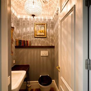Esempio di un piccolo bagno di servizio moderno con WC monopezzo, parquet scuro e lavabo sospeso
