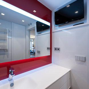 Diseño de aseo actual, pequeño, con armarios tipo mueble, puertas de armario blancas, sanitario de pared, baldosas y/o azulejos rojos, paredes rojas, lavabo sobreencimera y baldosas y/o azulejos de vidrio laminado