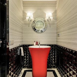 Modelo de aseo contemporáneo, de tamaño medio, con baldosas y/o azulejos negros, lavabo con pedestal y paredes multicolor