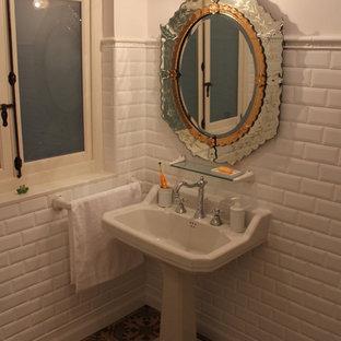 На фото: маленький туалет в стиле шебби-шик с белой плиткой, белыми стенами, полом из керамической плитки и раковиной с пьедесталом с