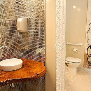 Идея дизайна: маленький туалет в стиле модернизм с писсуаром, белой плиткой, керамогранитной плиткой, белыми стенами, полом из керамогранита, настольной раковиной, столешницей из дерева и белым полом