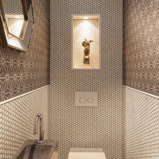 Diseño de aseo mediterráneo, pequeño, con baldosas y/o azulejos blancos, baldosas y/o azulejos marrones, baldosas y/o azulejos en mosaico, suelo con mosaicos de baldosas, suelo blanco, sanitario de pared, paredes multicolor y lavabo suspendido