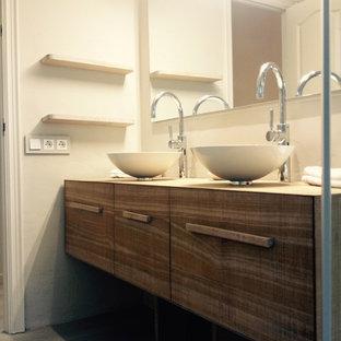 Foto di un bagno di servizio rustico di medie dimensioni con ante lisce, ante in legno scuro, WC sospeso e lavabo a bacinella