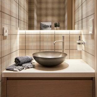 Ejemplo de aseo actual con armarios con paneles lisos, puertas de armario de madera clara, paredes multicolor, lavabo sobreencimera, suelo beige y encimeras beige