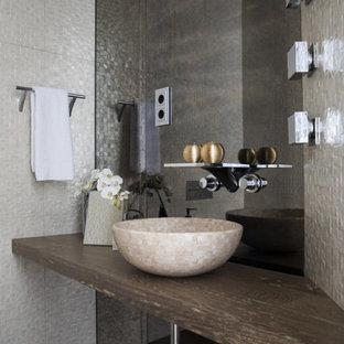 На фото: туалет среднего размера в современном стиле с открытыми фасадами, фасадами цвета дерева среднего тона, плиткой из листового стекла, темным паркетным полом, настольной раковиной, столешницей из дерева, коричневым полом и коричневой столешницей с