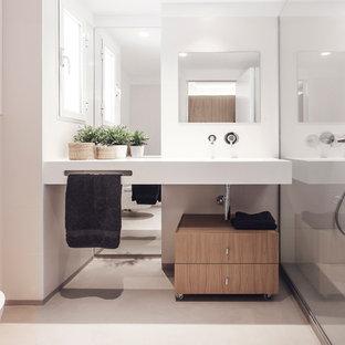 Diseño de aseo contemporáneo, de tamaño medio, con lavabo de seno grande, armarios con paneles lisos, puertas de armario de madera clara, sanitario de una pieza y paredes blancas