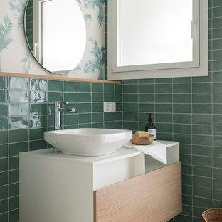 Idée de décoration pour un WC et toilettes marin de taille moyenne avec des portes de placard en bois clair, un mur vert, un sol en bois clair, une vasque, un plan de toilette en stratifié, un sol marron, un plan de toilette blanc, un placard à porte plane et un carrelage vert.
