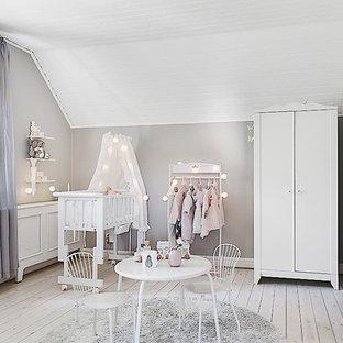 Inspiration för skandinaviska babyrum, med grå väggar och målat trägolv