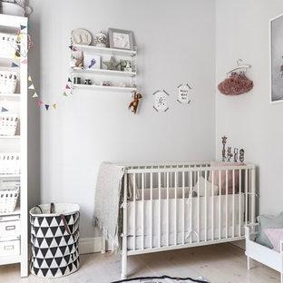 Idéer för att renovera ett litet skandinaviskt babyrum, med vita väggar