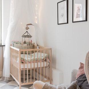 Réalisation d'une chambre de bébé neutre nordique de taille moyenne avec un mur blanc et un sol en vinyl.