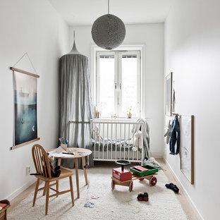 Idéer för att renovera ett nordiskt könsneutralt babyrum, med vita väggar och beiget golv