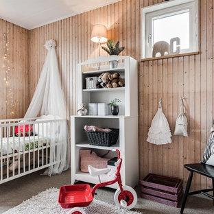 Inredning av ett nordiskt litet könsneutralt babyrum, med beige väggar, heltäckningsmatta och beiget golv
