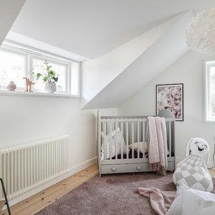 Idéer för att renovera ett nordiskt babyrum, med vita väggar och ljust trägolv