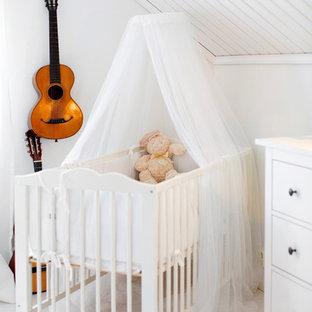Inspiration för små skandinaviska könsneutrala babyrum, med vita väggar och vitt golv