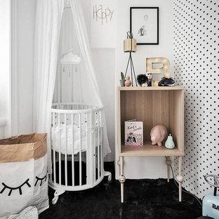 Imagen de habitación de bebé neutra minimalista, pequeña, con paredes blancas y suelo negro