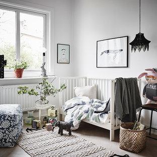 Inspiration för nordiska könsneutrala babyrum, med vita väggar, ljust trägolv och beiget golv