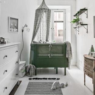 Exempel på ett minimalistiskt könsneutralt babyrum, med vita väggar och vitt golv