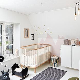 Modelo de habitación de bebé niña contemporánea con paredes multicolor, suelo de madera pintada y suelo blanco