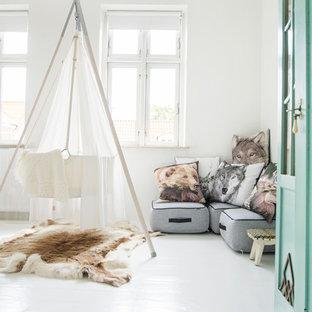Modelo de habitación de bebé neutra nórdica con paredes blancas, suelo de madera pintada y suelo blanco