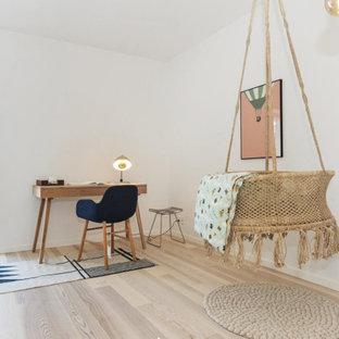Imagen de habitación de bebé neutra escandinava, de tamaño medio, con paredes blancas y suelo laminado