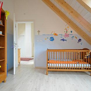 Mittelgroßes, Neutrales Klassisches Babyzimmer Mit Blauer Wandfarbe, Hellem  Holzboden Und Beigem Boden In München