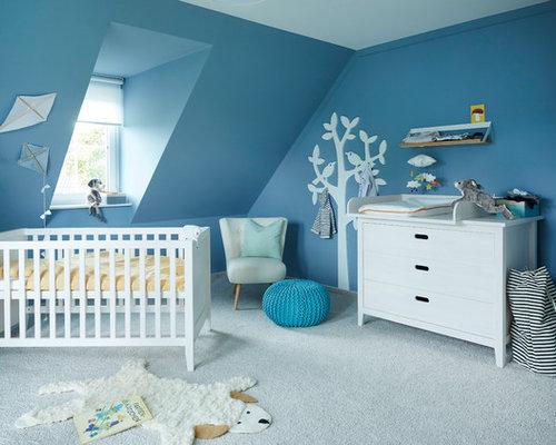 Mittelgroßes Nordisches Babyzimmer Mit Blauer Wandfarbe, Teppichboden Und  Grauem Boden In Sonstige