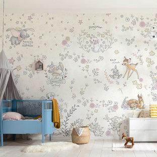 Kleines Modernes Babyzimmer mit bunten Wänden, hellem Holzboden und beigem Boden in München