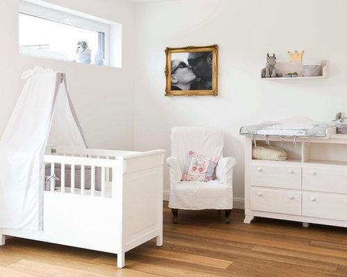 Mittelgroßes, Neutrales Klassisches Babyzimmer Mit Weißer Wandfarbe,  Braunem Holzboden Und Braunem Boden In Sonstige