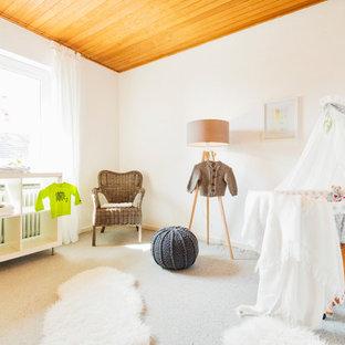Neutrales, Mittelgroßes Skandinavisches Babyzimmer mit weißer Wandfarbe, Teppichboden und grauem Boden in Hamburg