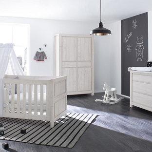Chambre de bébé avec un sol en bois foncé Allemagne : Photos ...