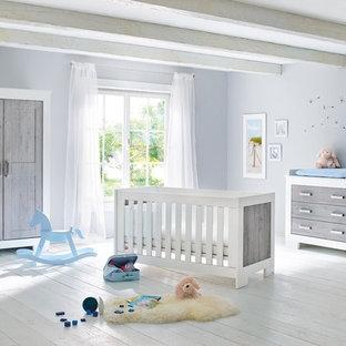Exemple d'une chambre de bébé neutre nature avec un mur gris, un sol en bois peint et un sol blanc.