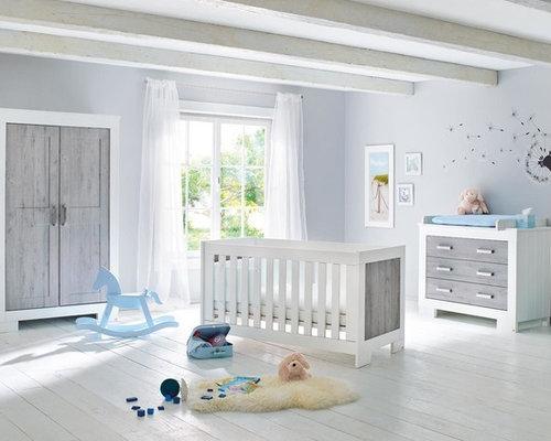 Neutrales Country Babyzimmer Mit Grauer Wandfarbe, Gebeiztem Holzboden Und  Weißem Boden In Hamburg