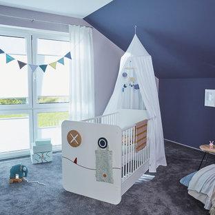 Mittelgroßes, Neutrales Modernes Babyzimmer mit lila Wandfarbe, Teppichboden und grauem Boden in Sonstige
