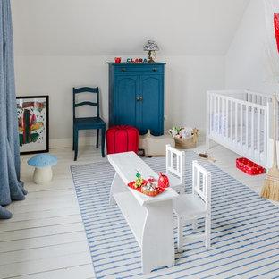 Idées déco pour une chambre de bébé neutre bord de mer de taille moyenne avec un mur blanc, un sol en bois peint et un sol blanc.