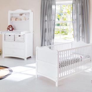 Foto de habitación de bebé niña campestre, pequeña, con paredes beige, suelo de madera clara y suelo blanco
