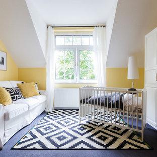 Neutrales, Mittelgroßes Klassisches Babyzimmer Mit Gelber Wandfarbe,  Teppichboden Und Grauem Boden In Hamburg