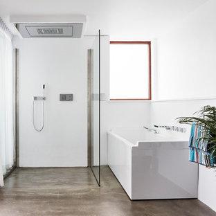 Modelo de cuarto de baño principal, escandinavo, grande, con bañera esquinera, ducha a ras de suelo, paredes blancas, suelo de linóleo y ducha abierta