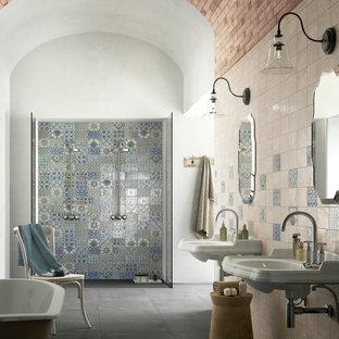 Modelo de cuarto de baño principal, mediterráneo, grande, con bañera exenta, ducha doble, lavabo suspendido, baldosas y/o azulejos multicolor, baldosas y/o azulejos de cerámica, paredes multicolor y suelo de cemento