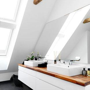Ispirazione per una stanza da bagno padronale scandinava di medie dimensioni con ante lisce, ante bianche, piastrelle bianche, piastrelle in pietra, pareti bianche, pavimento con piastrelle in ceramica, lavabo rettangolare e top in legno