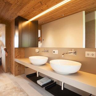 Esempio di una stanza da bagno in montagna di medie dimensioni con ante beige, pareti beige, pavimento con piastrelle in ceramica, lavabo a bacinella e top in superficie solida