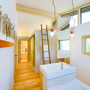 Ejemplo de cuarto de baño principal, escandinavo, con lavabo sobreencimera, paredes blancas y suelo de madera en tonos medios