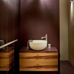 Ejemplo de cuarto de baño principal, industrial, pequeño, con armarios con paneles lisos, ducha abierta, baldosas y/o azulejos con efecto espejo, paredes púrpuras, lavabo sobreencimera, encimera de acrílico, suelo violeta y encimeras rojas